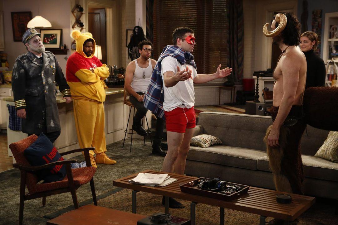 In der Bar ist Halloween und alle verkleiden sich - doch wer hat das beste Kostüm? (v.l.n.r.) Brett (David Fynn), Shelly (Ron Funches), Burski (Rick... - Bildquelle: Warner Brothers
