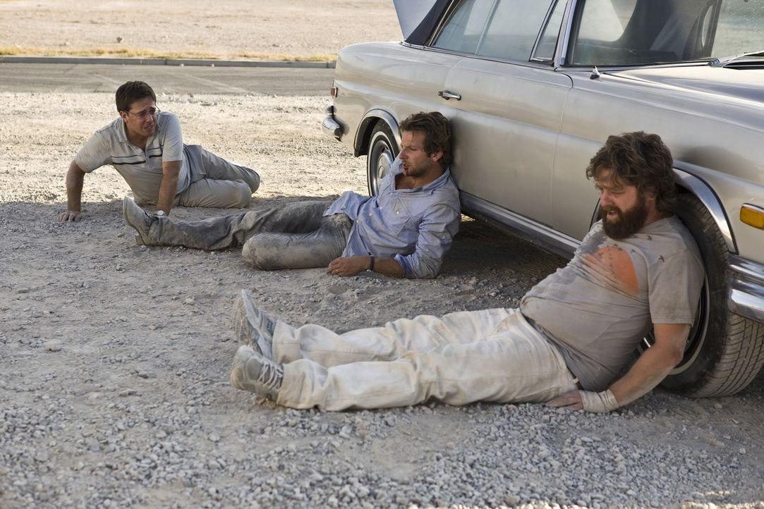 Ihr Freund Doug heiratet! Also gibt es nur eine logische Konsequenz für seine beiden Freunde, Stu (Ed Helms, l.) und Phil (Bradley Cooper, M.) und... - Bildquelle: Warner Brothers