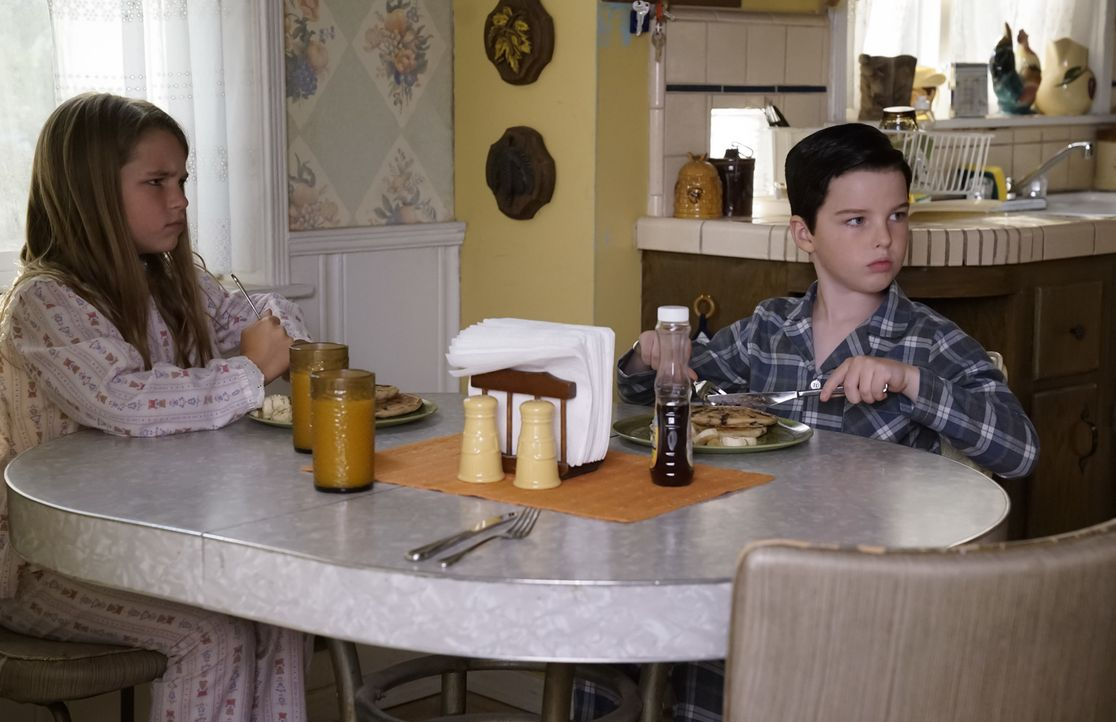 Missy (Raegan Revord, l.); Sheldon (Iain Armitage, r.) - Bildquelle: Warner Bros.