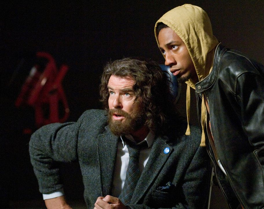 Niemand ahnt, dass Prof. Brunner (Pierce Brosnan, l.) ein Zentaur und Percys bester Freund Grover (Brandon T. Jackson, r.) ein Satyr ist ... - Bildquelle: 2010 Twentieth Century Fox Film Corporation. All rights reserved.