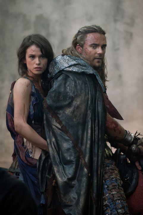 Kaum am Treffpunkt angekommen, wird Gannicus (Dustin Clare, r.) und Sybil (Gwendoline Taylor, l.) klar, dass es kein Entkommen gibt. Denn die Römer... - Bildquelle: 2012 Starz Entertainment, LLC. All rights reserved.
