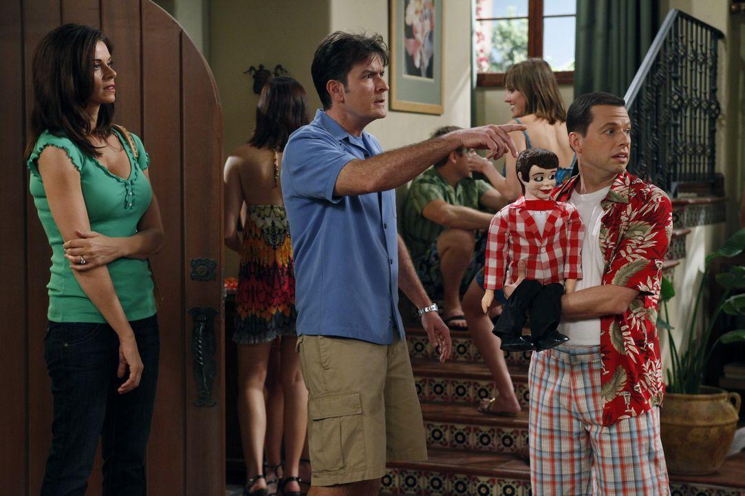 Charlie (Charlie Sheen, M.) platz der Kragen, als Alan (Jon Cryer, r.) gemeinsam mit seiner Freundin eine nicht angekündigte Party im Haus feiert.... - Bildquelle: Warner Bros. Television