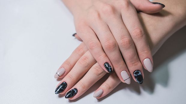 Marble Nails in Black and White