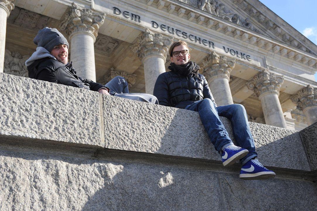 Joko Winterscheidt (r.) und Klaas Heufer-Umlauf (l.) wollen von Menschen auf der Straße wissen, was 2011 los war, welche Themen die Welt bewegt hab... - Bildquelle: ProSieben