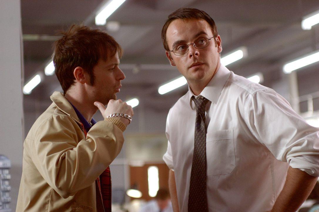 Der chaotische und illegale Filmkopierer Ray (Declan Donnelly, l.) braucht mal wieder Hilfe von seinem Freund, dem Anwalt Gary Shoefield (Ant McPart... - Bildquelle: Warner Brothers International