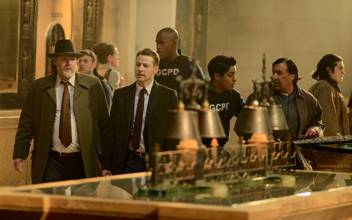Ermitteln im Fall eines Kunstraubs: Gordon (Ben McKenzie, vorne r.) und Bullock (Donal Logue, vorne l.). Doch dabei ahnen sie nicht, dass es eine Fa... - Bildquelle: Warner Brothers
