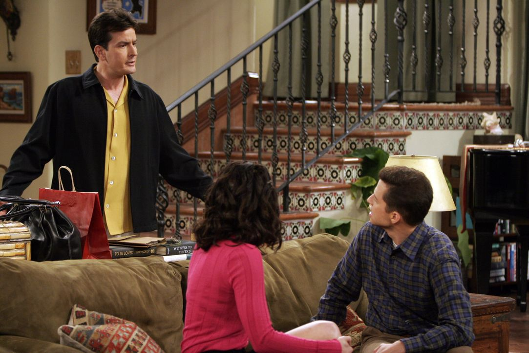 Jamie (Paget Brewster, M.) versucht Charlie (Charlie Sheen, l.) und Alan (Jon Cryer, r.)  gegeneinander aus zu spielen, um zwei alte Rechnungen zu b... - Bildquelle: Warner Bros. Television