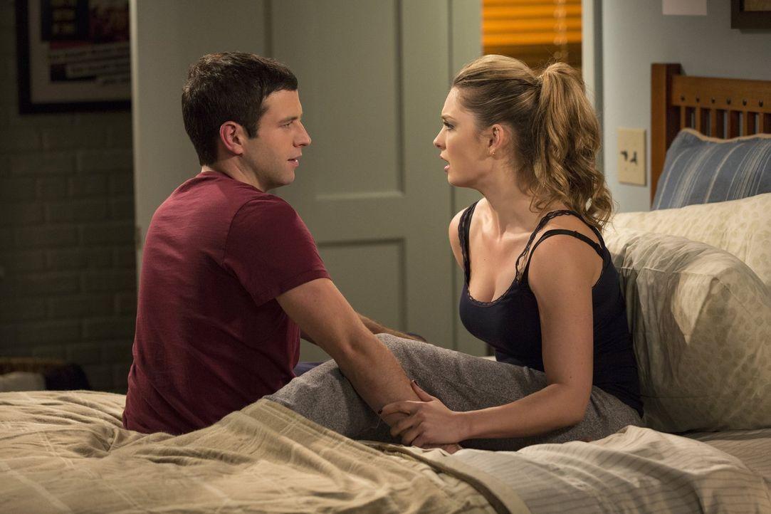 Kurz bevor sie miteinander schlafen, lässt Nicki (Briga Heelan, r.) eine Bombe bei Justin (Brent Morin, l.) platzen ... - Bildquelle: Warner Brothers