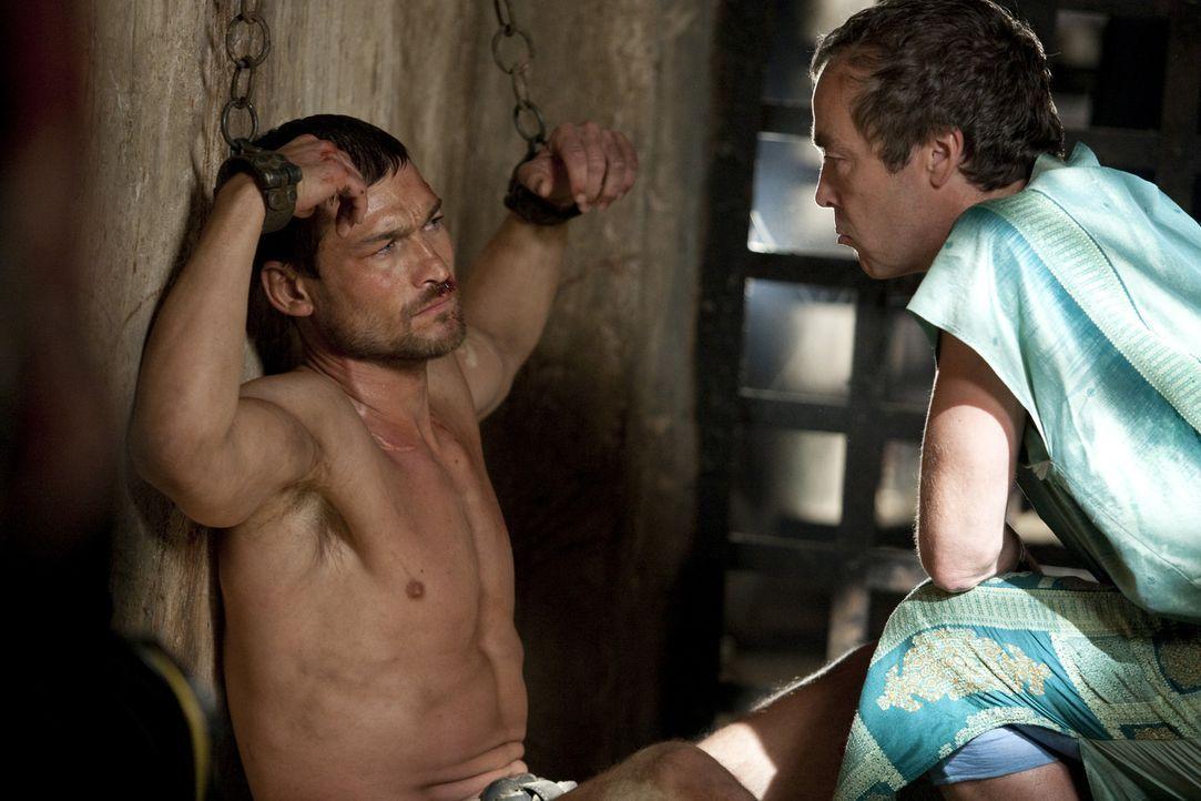 Jetzt, wo sich Spartacus' (Andy Whitfield, l.) Gedanken nicht mehr um seine geliebte Frau kreisen, will Batiatus (John Hannah, r.) ihn zu einem Glad... - Bildquelle: 2010 Starz Entertainment, LLC