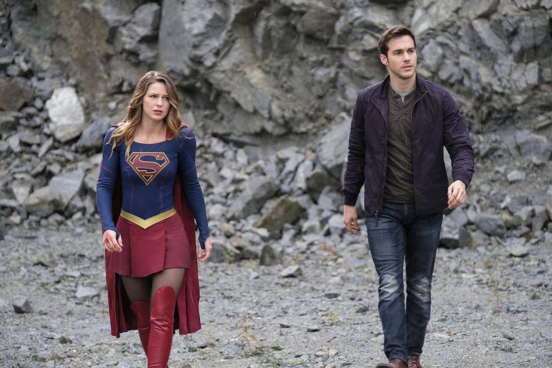 """Kara (Melissa Benoist, l.) und Mon-El (Chris Wood, r.) sind auf """"Slavers Moon"""" gefangen, wo eine rote Sonne ihnen ihre Superkräfte entzieht - ohne d... - Bildquelle: 2016 Warner Bros. Entertainment, Inc."""