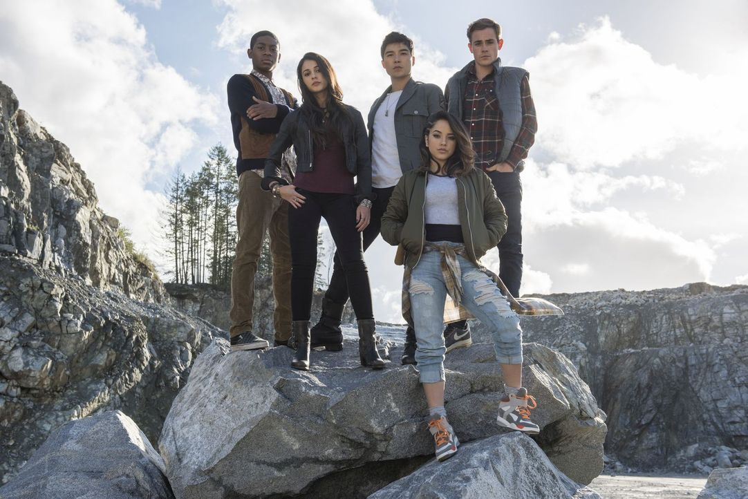 (v.l.n.r.) Billy (RJ Cyler), Kimberly (Naomi Scott), Zack (Ludi Lin), Trini (Becky G), Jason (Dacre Montgomery) - Bildquelle: Kimberley French 2017 SCG Power Rangers LLC.  All Rights Reserved.