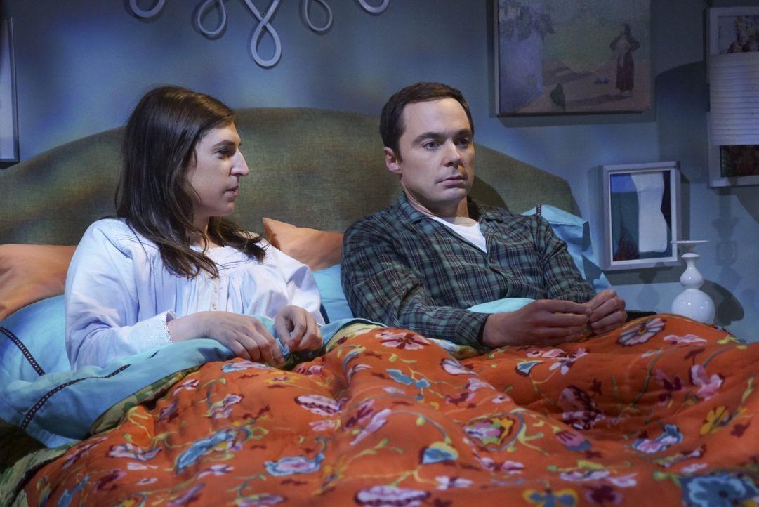Endlich ist es raus! Werden Amy (Mayim Bialik, l.) und Sheldon (Jim Parsons, r.) weiterhin ein Bett teilen, nachdem Amy das Geheimnis gelüftet hat? - Bildquelle: 2016 Warner Brothers