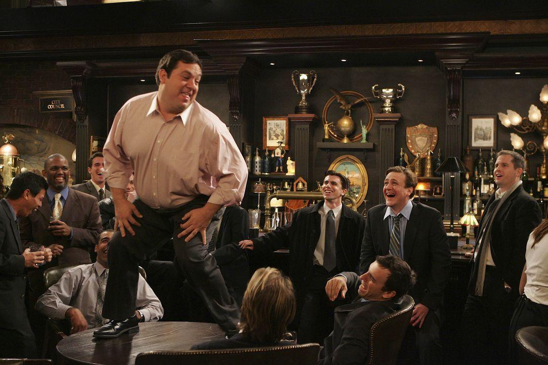 In den Vorstellungen von Marshalls (Jason Segel, 2.v.r.) Freunden, ist Jenkins (Edward Flores, oben) ein Mann, und keine Frau ... - Bildquelle: 20th Century Fox International Television