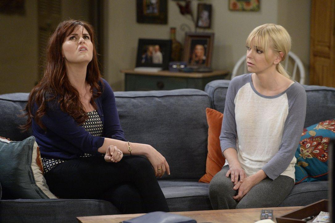 Je näher sich Christy (Anna Faris, r.) und Fred kommen, desto mehr spitzt sich die Lage zwischen Candace (Sara Rue, l.) und Christy zu ... - Bildquelle: 2015 Warner Bros. Entertainment, Inc.