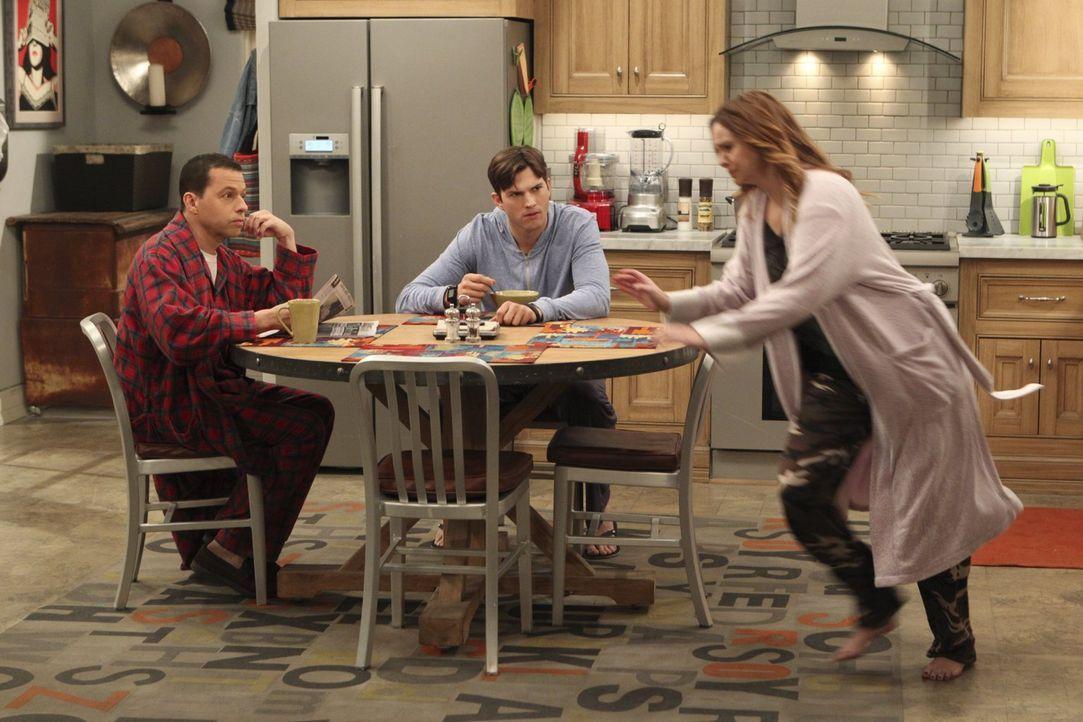 Während Alan (Jon Cryer, l.) in Erwägung zieht, wieder mit Judith zusammenzukommen, was Walden (Ashton Kutcher, M.) gar nicht gefällt, hat Jenny (Am... - Bildquelle: Warner Brothers Entertainment Inc.