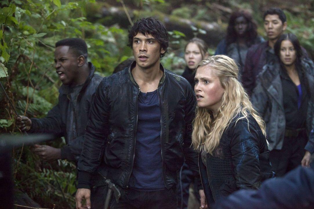 Verzweifelt versucht Clarke (Eliza Taylor, r.), den Anführer Bellamy (Bob Morley, l.) davon zu überzeugen, dass Mord keine Lösung ist - selbst als S... - Bildquelle: Warner Brothers