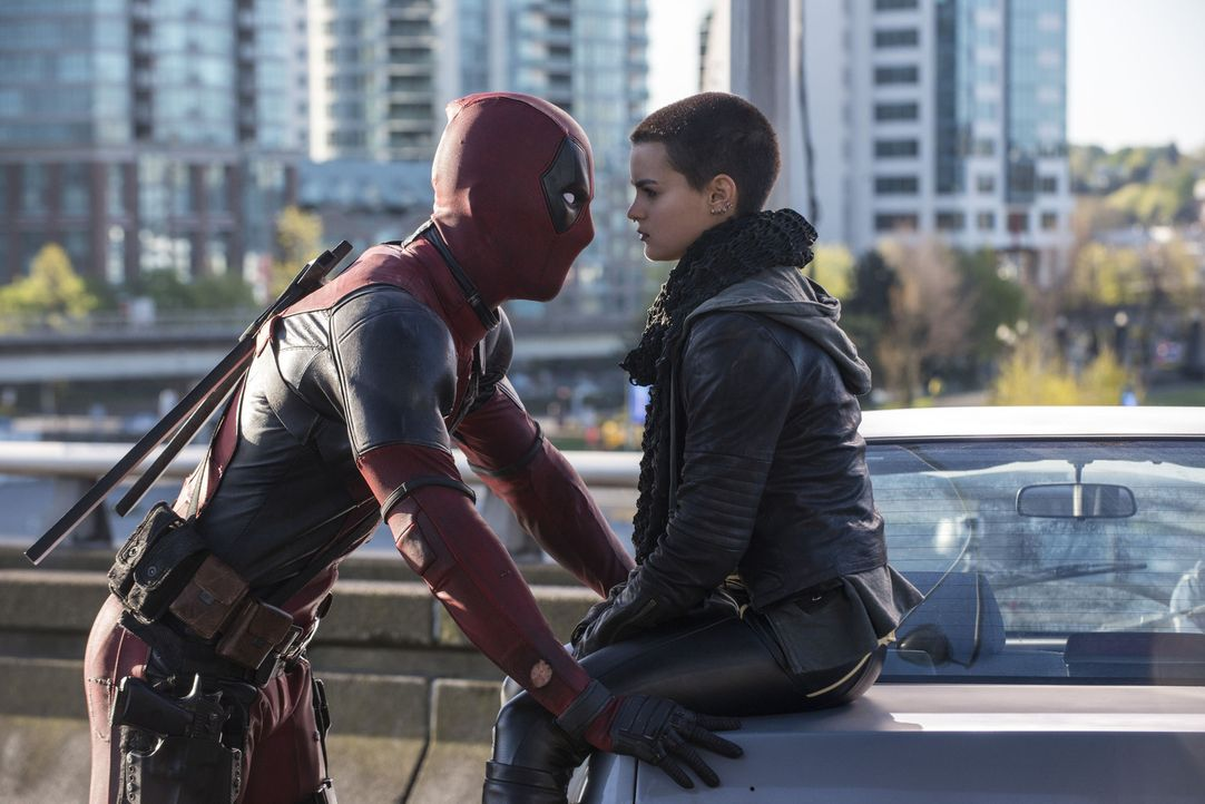 Für Deadpool (Ryan Reynolds, l.) einerseits hilfreich, andererseits nervig: X-Men Superheldin Negasonic Teenage Warhead (Brianna Hildebrand, r.) hat... - Bildquelle: David Dolsen 2016 Twentieth Century Fox Film Corporation.  All rights reserved.  MARVEL   2016 MARVEL