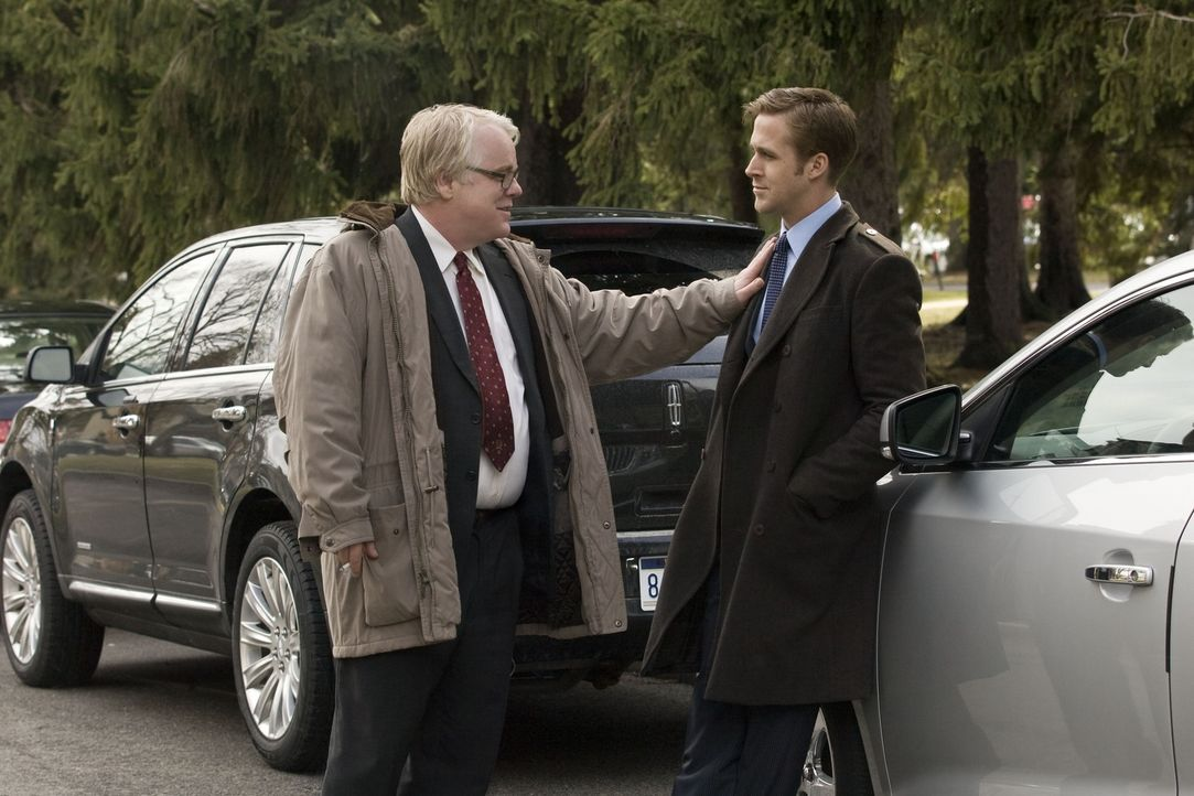 Als der überaus loyale Kampagnenleiter Paul Zara (Philip Seymour Hoffman, l.) erfährt, dass sein stellvertretender Wahlkampfmanager Stephen Meyers (... - Bildquelle: Saeed Adyani 2011 IDES FILM HOLDINGS, LLC. ALL RIGHTS RESERVED.