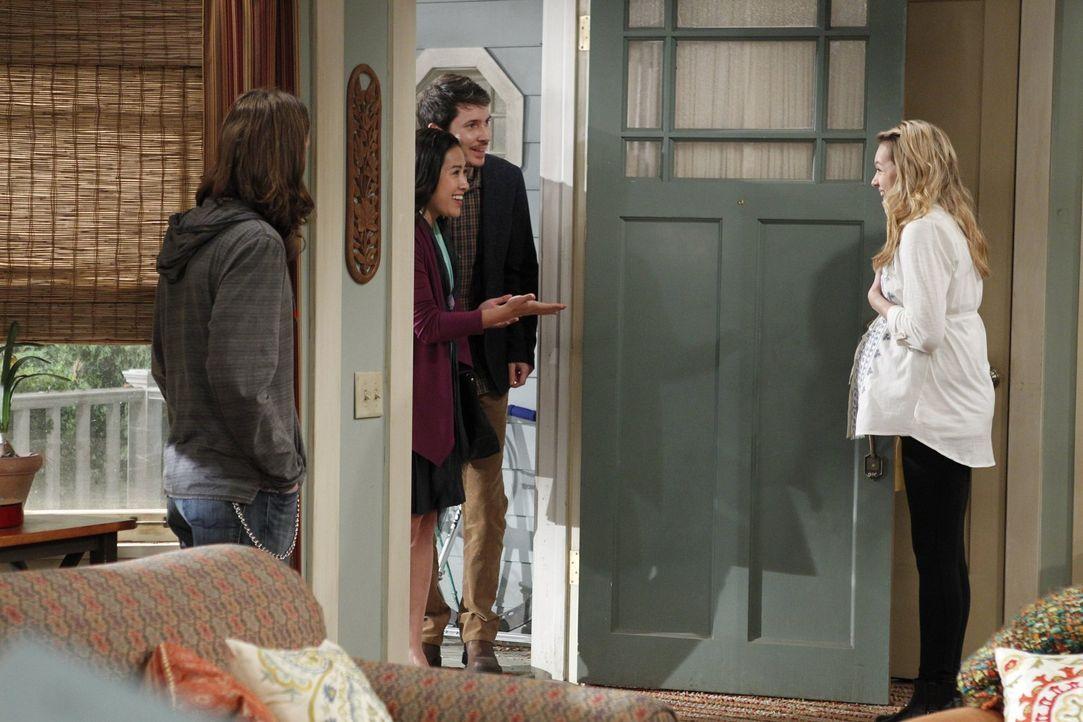 Jeff (Ryan Cartwright, 2.v.r.) und Susan (Lyn Alicia Henderson, 2.v.l.), die potentiellen Adoptiveltern, sind mindestens ebenso aufgeregt wie die le... - Bildquelle: Warner Brothers Entertainment Inc.
