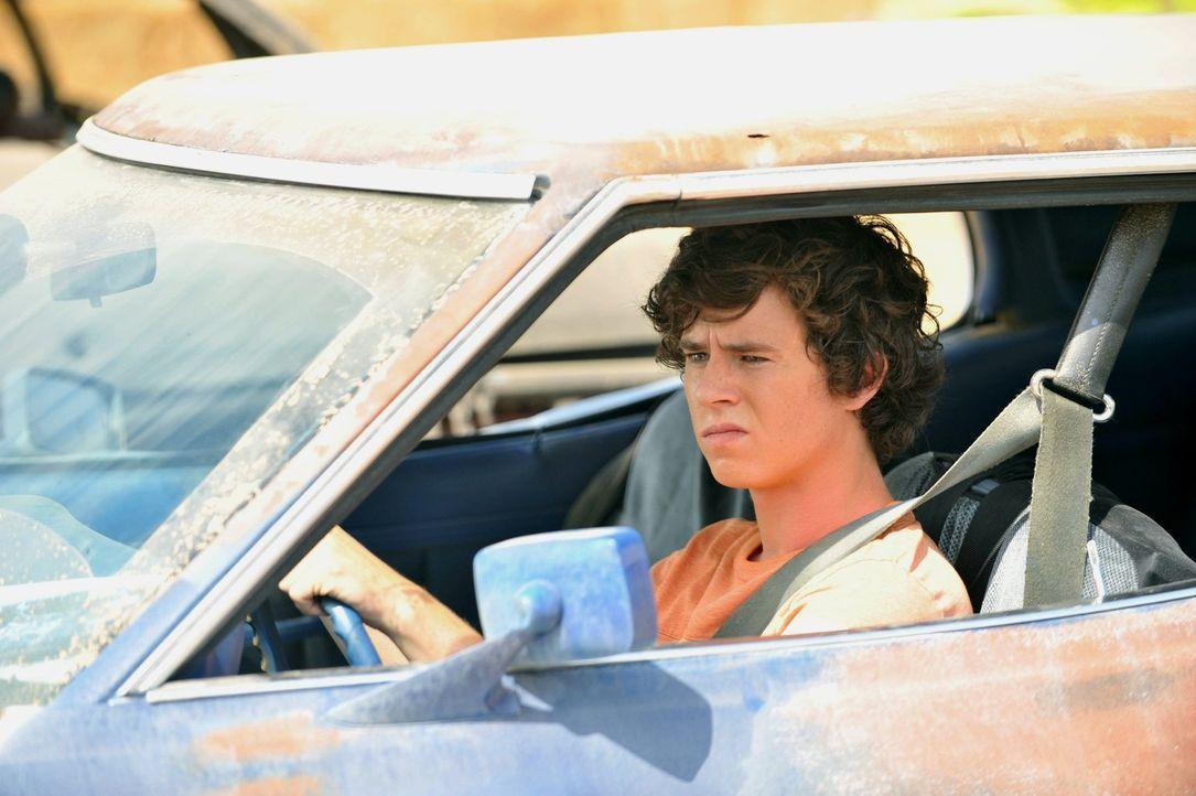 Da Axl (Charlie McDermott) Frankie und Mike verheimlicht hat, dass er im letzten Schuljahr in Englisch durchgefallen ist, fordern sie ihn dazu auf,... - Bildquelle: Warner Brothers
