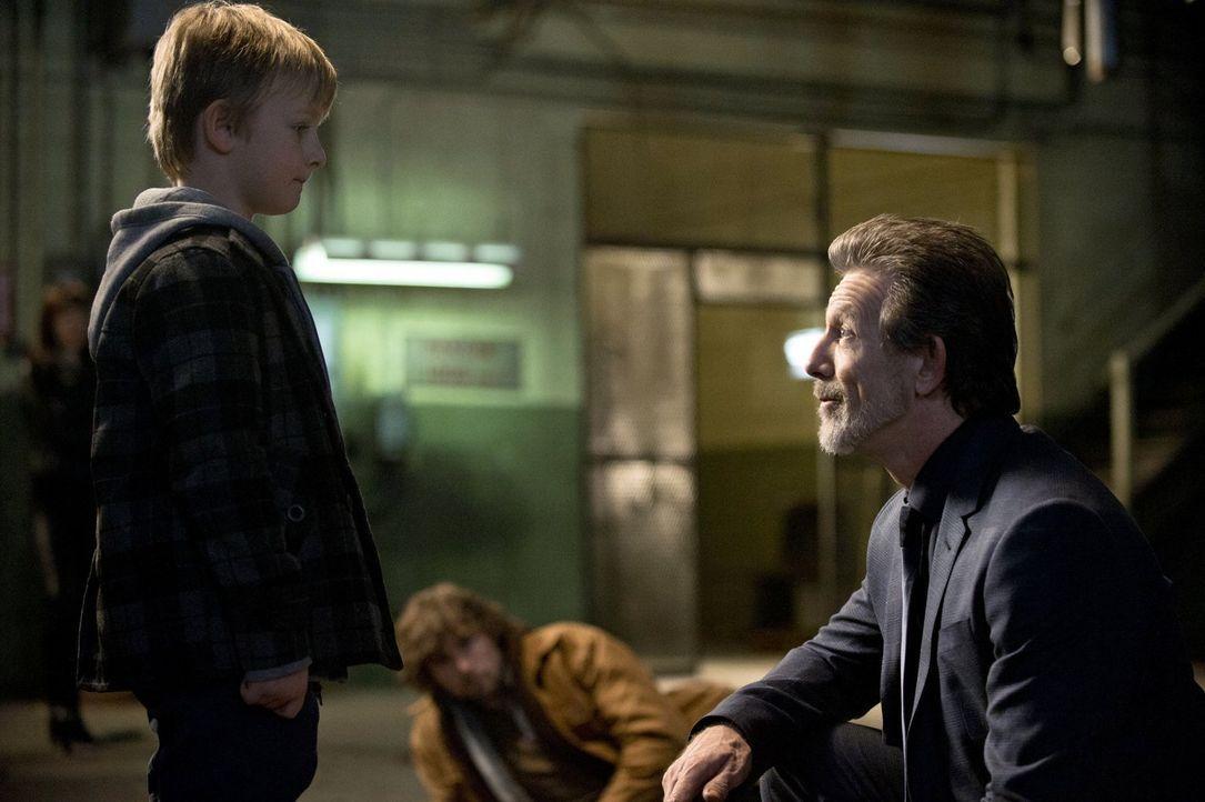Prometheus (John Reardon, M.) kann nur zuschauen, als Zeus (John Novak, r.) sich an seinen Sohn Oliver (Callum Seagram Airlie, l.) wendet ... - Bildquelle: Warner Bros. Television