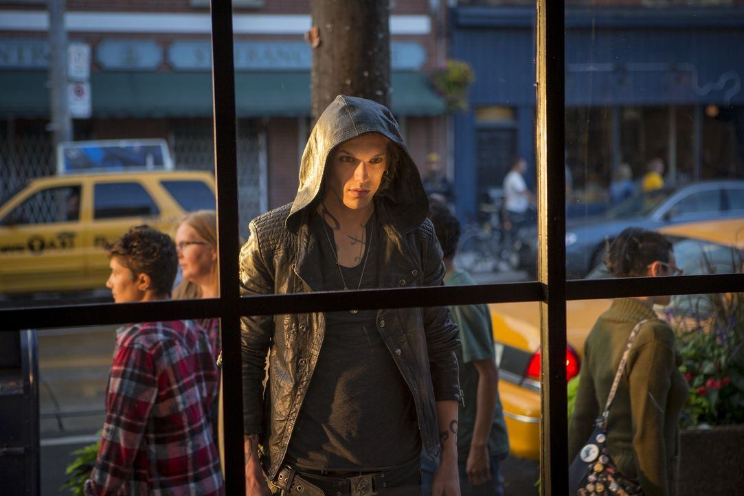 Schattenjäger Jace (Jamie Campbell Bower) gehört einem Geheimbund von Halbengel-Kriegern an, die im stetigen Kampf gegen Dämonen, Werwölfe und Vampi... - Bildquelle: 2013 Constantin Film Verleih GmbH.