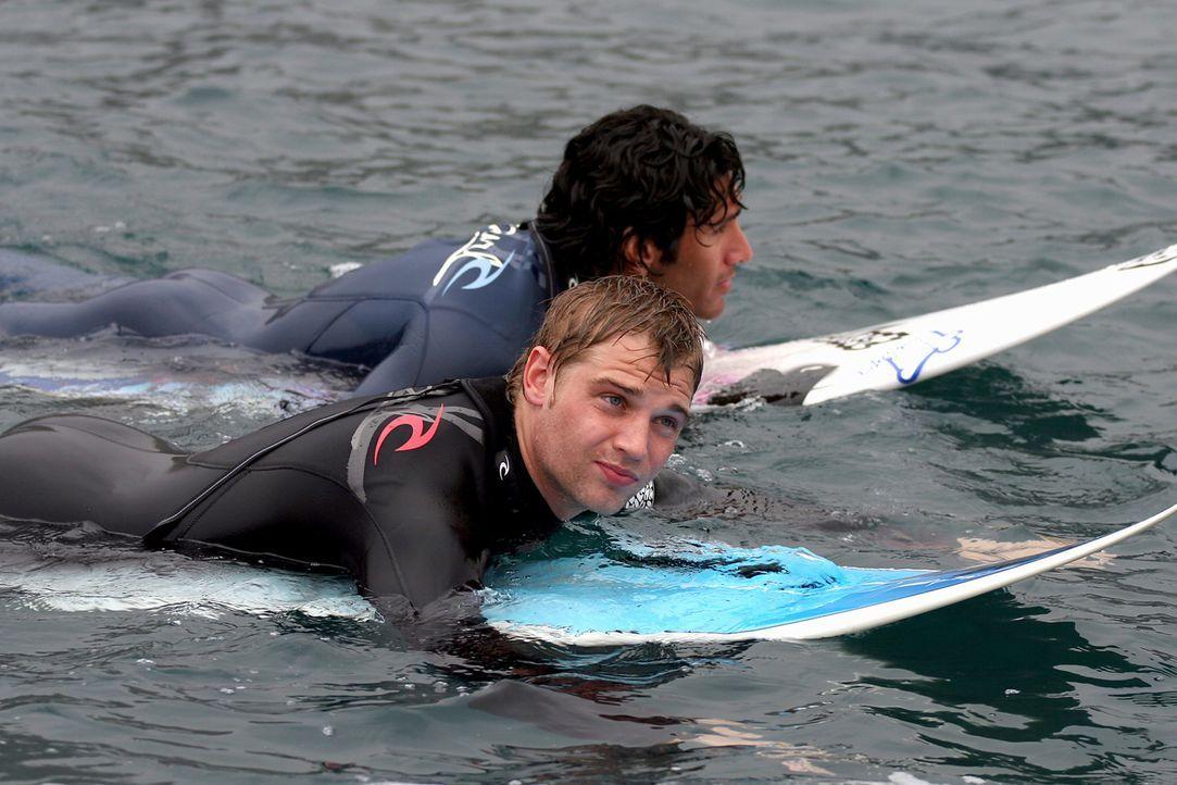 Müssen einen bösen Zauber stoppen, der ihnen nach dem Leben trachtet: die leidenschaftlichen Surfer und Freunde Jason (Mike Vogel, vorne) und Tom - Bildquelle: Manufacturas Audiovisuales, S.L. and Urconsa 2003, S.L.