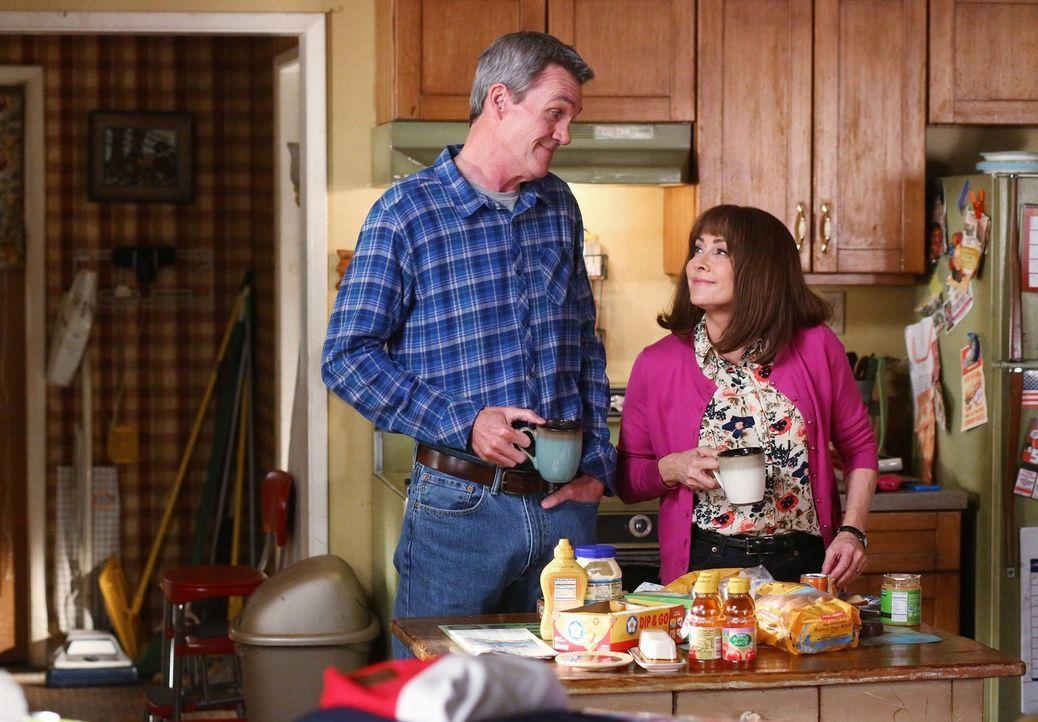 Sue lässt sich auf einen Flirt mit dem Golfwagen-Fahrer ein. Unterdessen verstrickt sich Mike (Neil Flynn, l.) gegenüber Frankie (Patricia Heaton, r... - Bildquelle: Warner Bros.