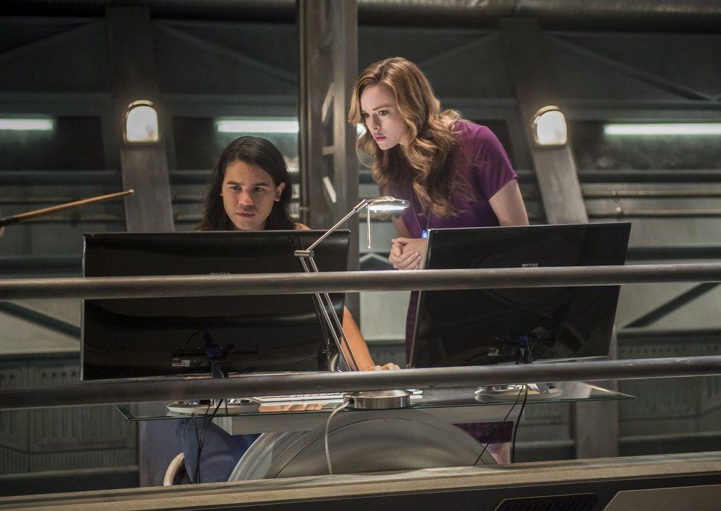Während Cisco (Carlos Valdes, l.) und Caitlin (Danielle Panabaker, r.) eigentlich daran arbeiten, die Zukunft so zu verändern, dass Iris nicht sterb... - Bildquelle: 2016 Warner Bros.