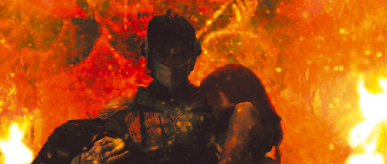 In letzter Minute gelingt es Casshern (Yusuke Iseya, l.), Luna (Kumiko Aso, r.) aus der Flammenhölle zu retten ... - Bildquelle: 2004 Casshern Film Partners