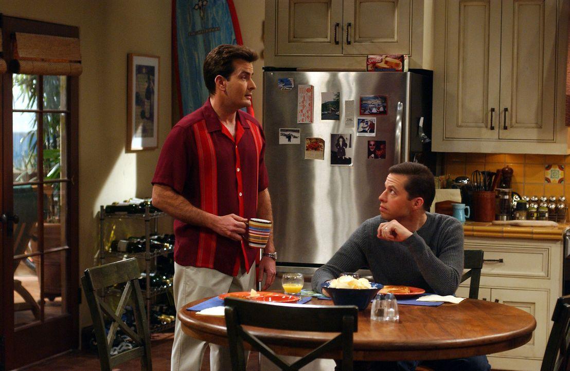 Als Bill ein Verhältnis mit Evelyn anfängt, droht Charlie (Charlie Sheen, l.) und Alan (Jon Cryer, r.) die Sache über den Kopf zu wachsen ... - Bildquelle: Warner Brothers Entertainment Inc.
