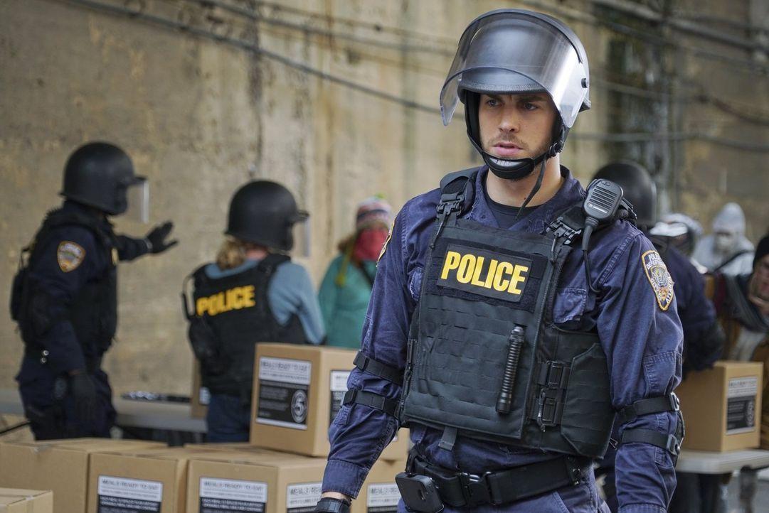 Jake (Chris Wood) wird bewusst, dass ein Bandenkrieg kurz bevorsteht, aber hat er überhaupt eine Chance, etwas dagegen zu tun? - Bildquelle: Warner Brothers