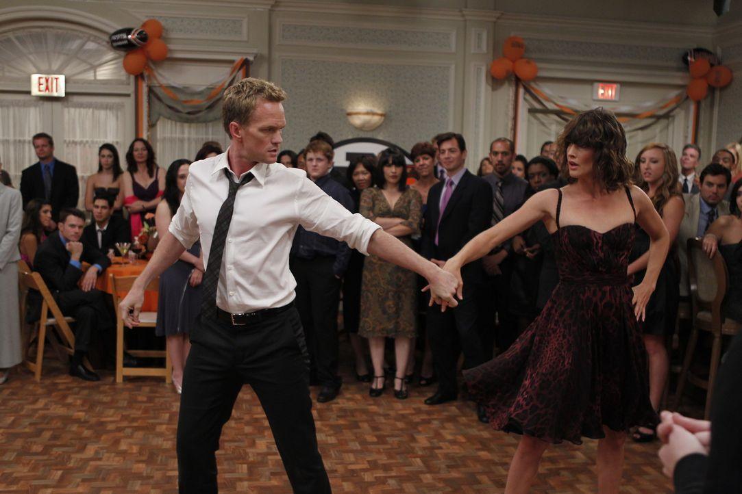 Rückblende auf eine ganz bestimmte Hochzeit, auf der Robin (Cobie Smulders, r.) sich ihren Gefühlen Barney (Neil Patrick Harris, l.) gegenüber ni... - Bildquelle: 20th Century Fox International Television