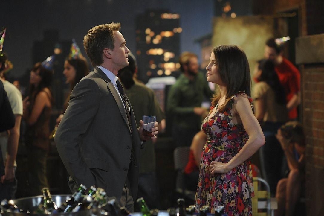 """Da sich Barney (Neil Patrick Harris, l.) in Robin (Cobie Smulders, r.) verliebt hat, versucht sie ihn zu """"mosbyen"""". Wird es ihr gelingen? - Bildquelle: 20th Century Fox International Television"""