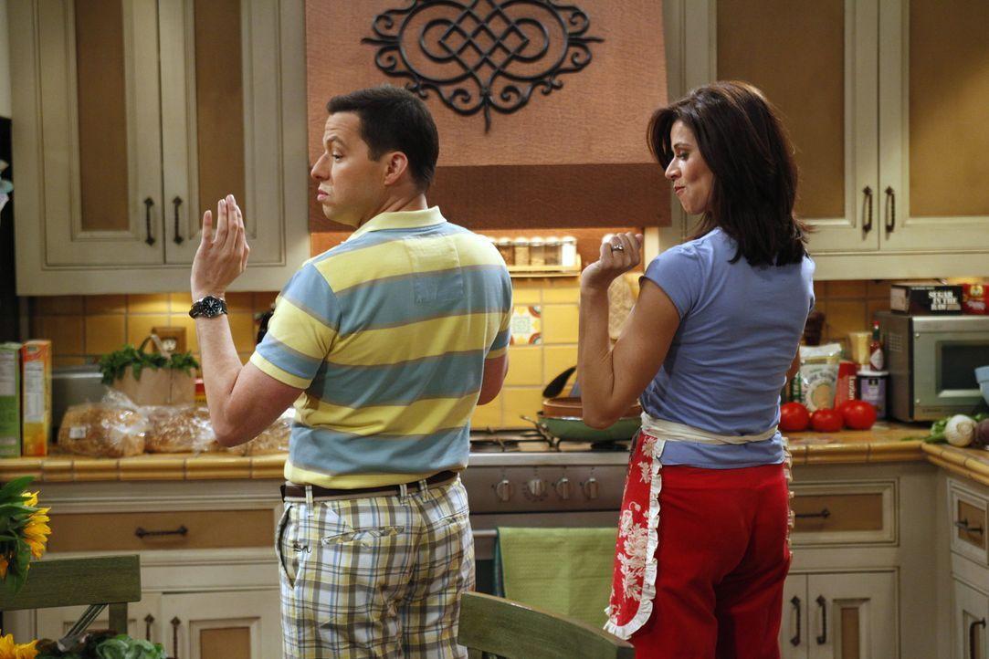 Verstehen sich prächtig: Alan (Jon Cryer, l.) und Chelsea (Jennifer Bini Taylor, r.) ... - Bildquelle: Warner Brothers Entertainment Inc.
