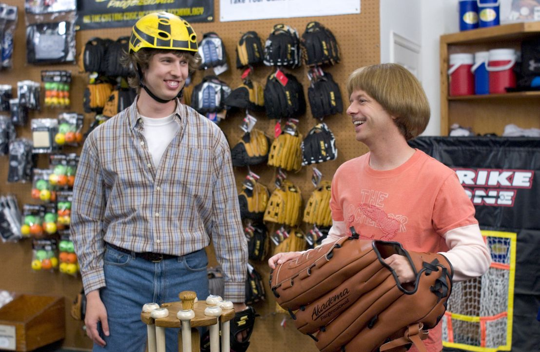 Eine gute Ausrüstung ist alles! Richie (David Spade, r.) und Clark (Jon Heder, l.) besorgen sich im Sportgeschäft alles, was man so zum Baseballsp... - Bildquelle: Sony Pictures Television International. All Rights Reserved.