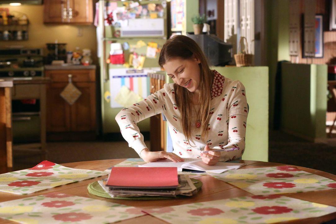 Während Sue (Eden Sher) ihren zweiten Namen, welcher ebenfalls Sue lautet, ändern will, um im Führerschein einen normalen Namen angeben zu können, t... - Bildquelle: Warner Brothers