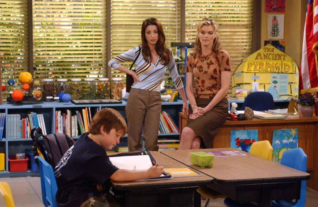 Nachdem sich Jake (Angus T. Jones, l.) gegenüber seiner Lehrerin Miss Pasternak (Missi Pyle, r.) flegelhaft benommen hat, droht ihm ein Schulverwei... - Bildquelle: Warner Bros. Television