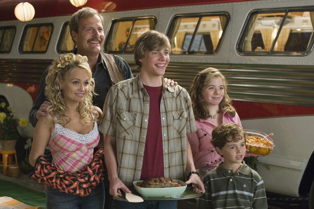 Auf dem Campingplatz treffen die Munros nicht nur die Gurnicke-Familie (Kristin Chenoweth, l., Jeff Daniels, 2. v. l., Hunter Parrish, M., Chloe Son... - Bildquelle: Sony Pictures Television International. All Rights Reserved.