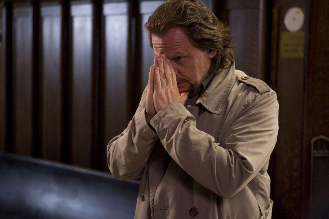 """Detective Dolly (David Ferry) weiß genau, dass die """"Heiligen"""" den Mord an dem Priester nicht begangen haben - und dass sie schnellstmöglich zurüc... - Bildquelle: 2009 Boondock Saints II Productions, LLC. All Rights Reserved. Asset"""