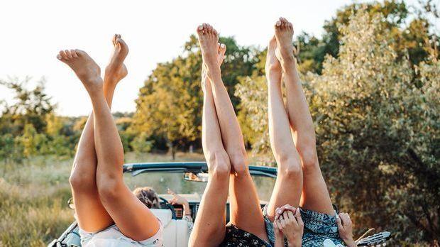 Was hilft gegen raue Füße? Wir haben die Beauty-Tipps von Hornhaut Socken &am...