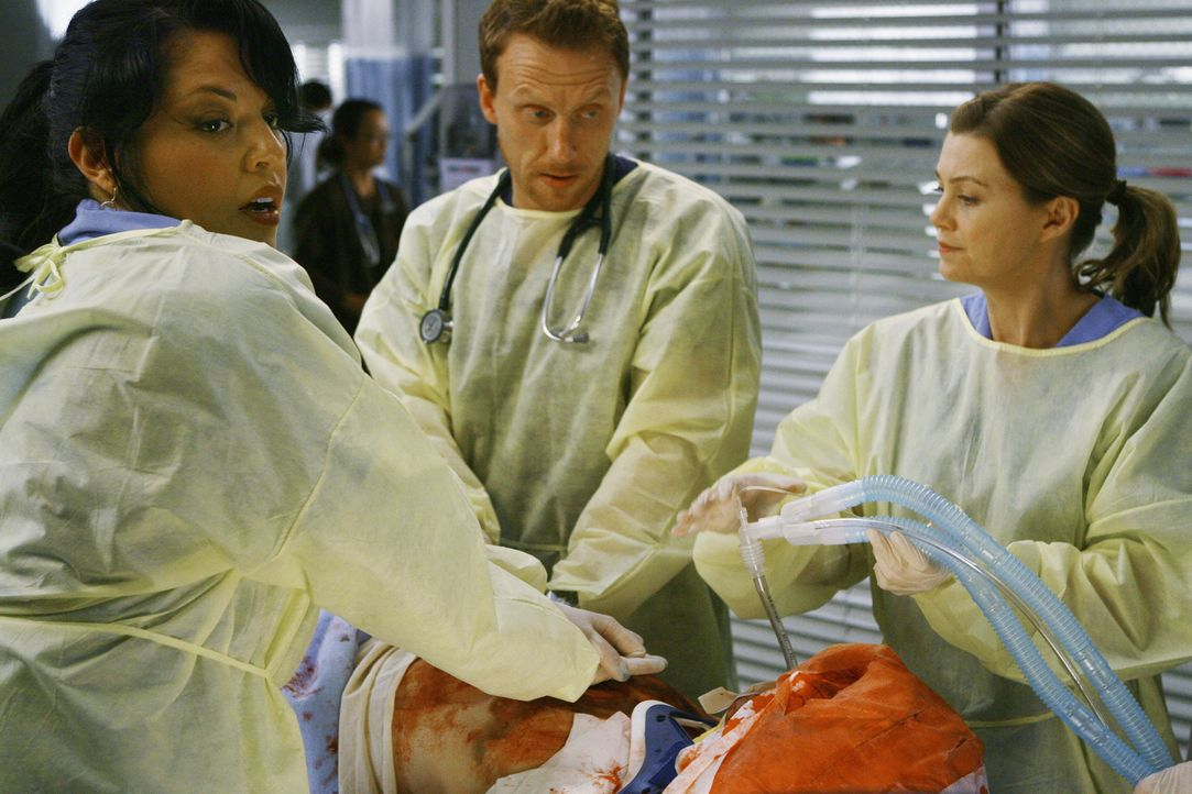 Ohne es zu ahnen, um wen es sich handelt, kämpfen Meredith (Ellen Pompeo, r.), Owen (Kevin McKidd, M.) und Callie (Sara Ramirez, l.) um das Leben da... - Bildquelle: Scott Garfield 2009 American Broadcasting Companies, Inc. All rights reserved. NO ARCHIVE. NO RESALE.