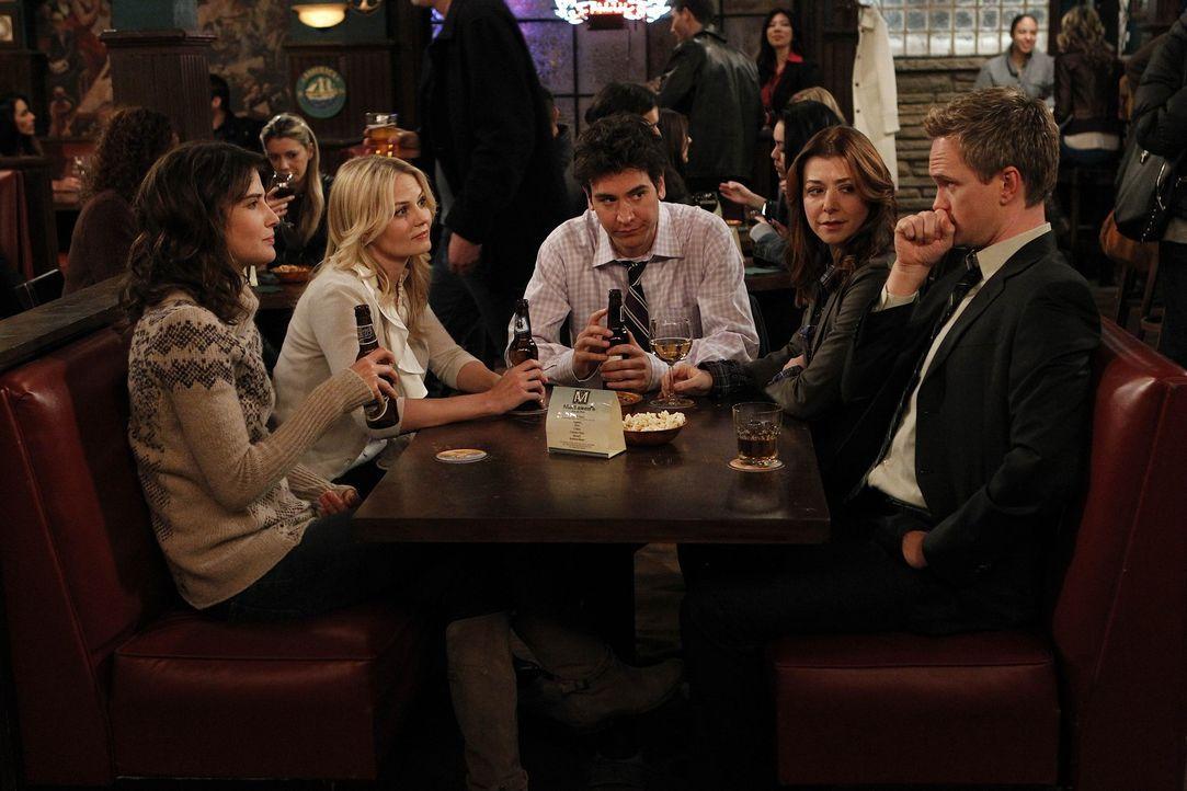 Zoey (Jennifer Morrison, 2.v.l.) verschafft Ted (Josh Radnor, M.) ein Date mit ihrer Cousine. Doch als Barney (Neil Patrick Harris, r.), Lily (Alyso... - Bildquelle: 20th Century Fox International Television