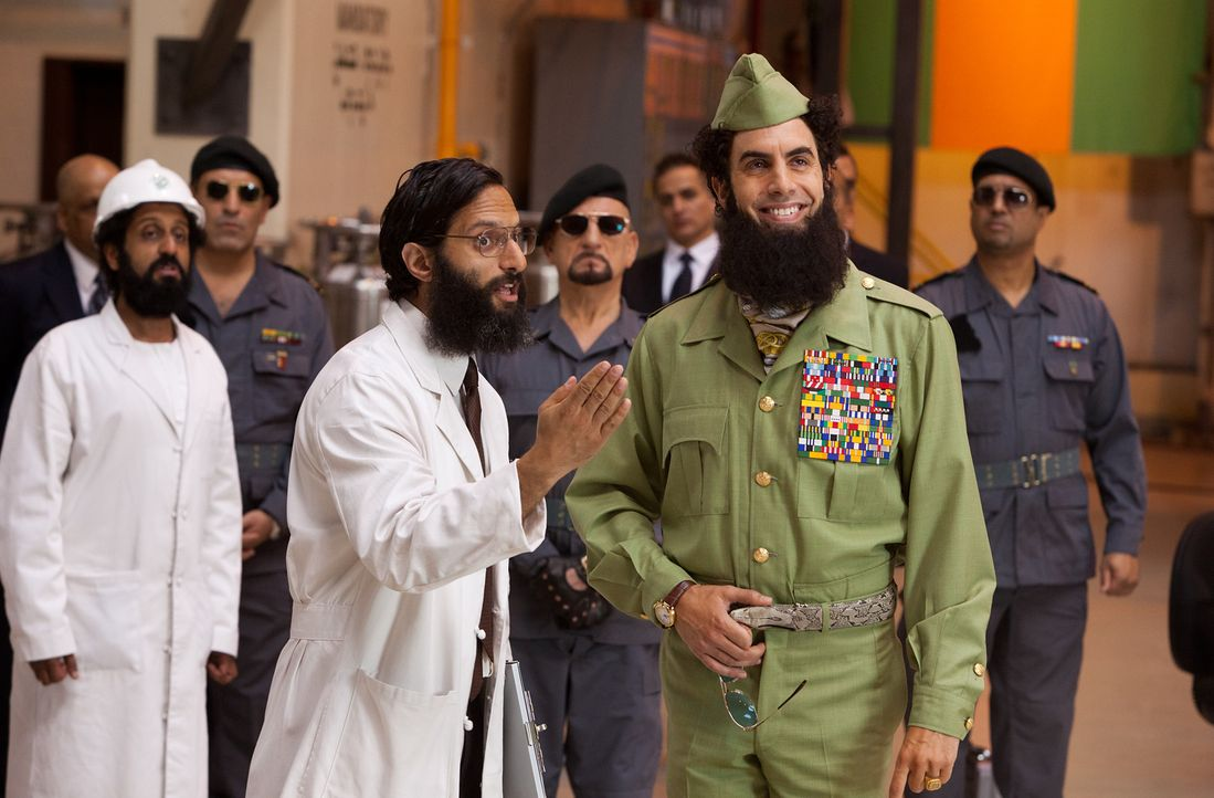 Während der Diktator General Shabazz Aladeen (Sacha Baron Cohen, r.) sein Vertrauen in seinen Atombombenbauer Nadal (Jason Mantzoukas, l.) verliert,... - Bildquelle: Melinda Sue Gordon 2012 Paramount Pictures.  All Rights Reserved.