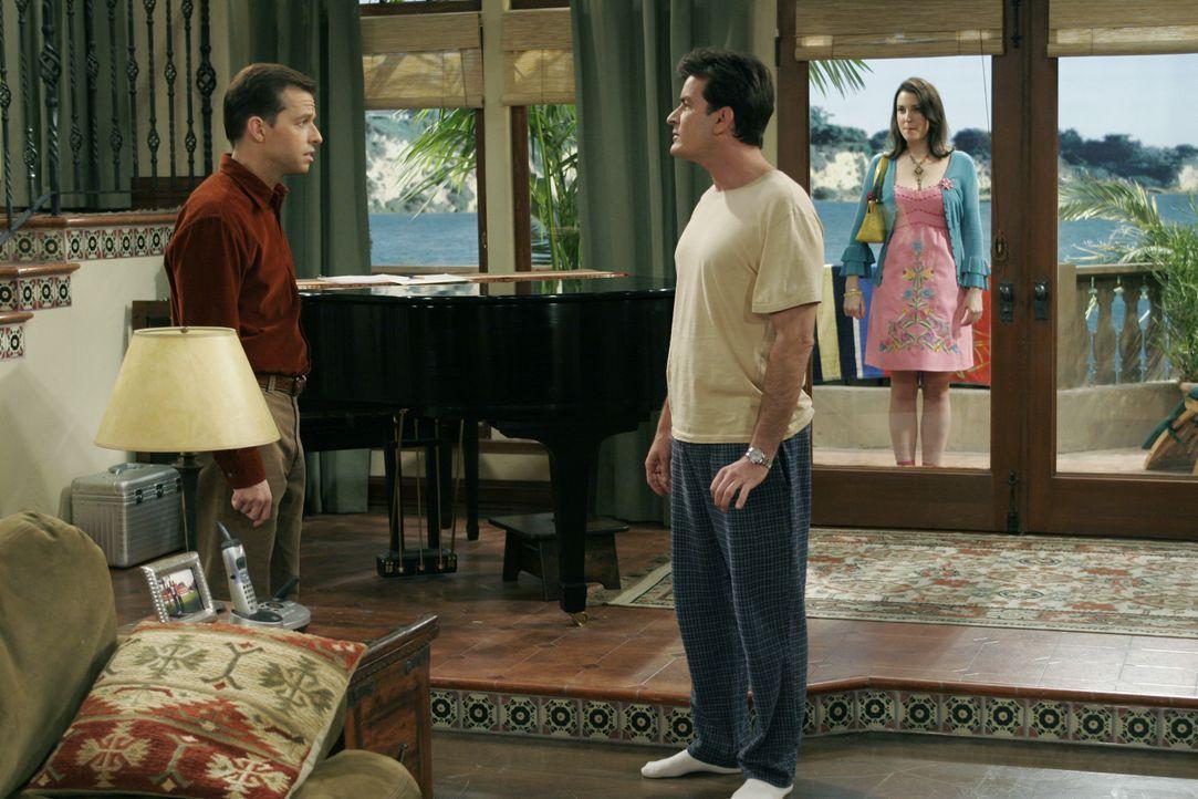(v.l.n.r.) Alan Harper (Jon Cryer); Charlie Harper (Charlie Sheen); Rose (Melanie Lynskey) - Bildquelle: Warner Brothers Entertainment Inc.