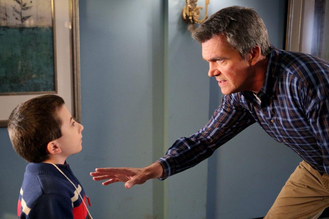Als er erfährt, dass Brick (Atticus Shaffer, l.) sich für einen Buchstabierwettbewerb in Chicago qualifiziert hat, beschließt Mike (Neil Flynn, r.)... - Bildquelle: Warner Brothers