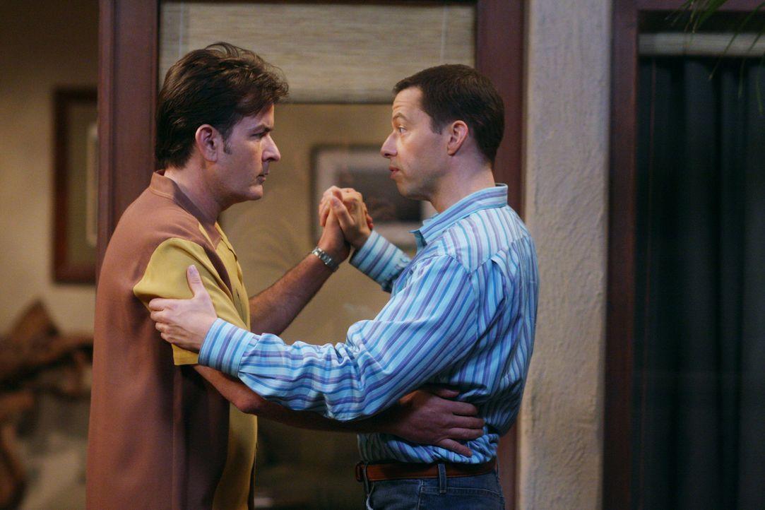 Da Charlie (Charlie Sheen, l.) keine Tanzstunden nehmen möchte, schreitet Alan (Jon Cryer, r.) zur Tat und übt heimlich mit ihm ... - Bildquelle: Warner Brothers