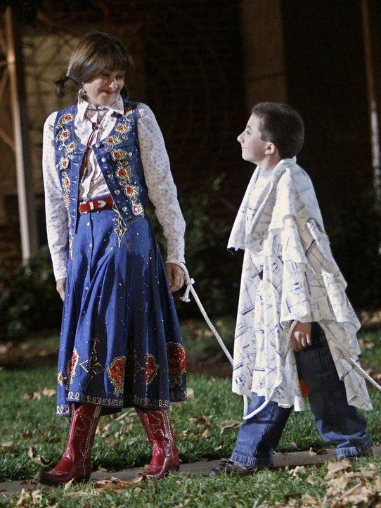 Als Frankie (Patricia Heaton, l.) dazu gedrängt wird, an Halloween die Aufsicht über die Kinder von Bricks (Atticus Shaffer, r.) sozialer Gruppe zu... - Bildquelle: Warner Brothers
