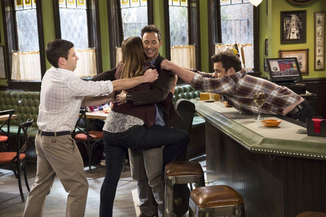 Justins (Brent Morin, l.) Vater Frank (Tom Cavanagh, 2.v.r.) zieht gleichermaßen Leslie (Bianca Kajlich, 2.v.l.) und Brett (David Fynn, r.) an ... - Bildquelle: Warner Brothers