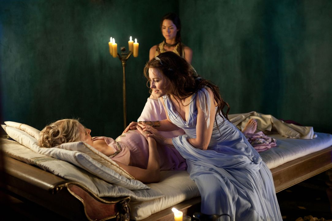 Als bei Ilithyia (Viva Bianca, l.) die Wehen einsetzen, setzt Lucretia (Lucy Lawless, r.) ihren langgehegten Plan um: Sie will das Kind für sich ... - Bildquelle: 2011 Starz Entertainment, LLC. All rights reserved.